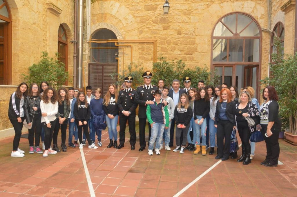 """AGRIGENTO-Giorno dell'Unità nazionale studenti I.C.S """"Rita Levi Montalcini"""" visitano Caserma dei Carabinieri"""